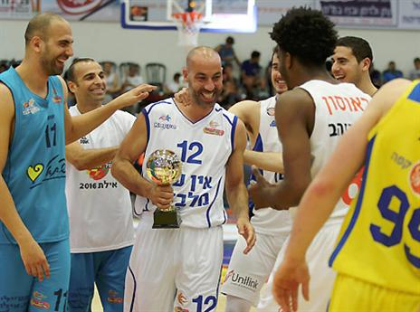 MVP צעיר. מאיר טפירו מקבל את הכבוד (אלן שיבר)