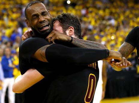 קינג ג'יימס כיכב עם טריפל-דאבל במשחק 7 הדרמטי ופרץ בבכי בסיום