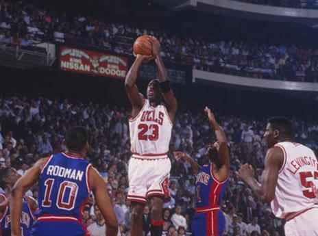 21.5 - היום לפני 26 שנים גברה שיקגו על דטרויט 97:105 במשחק מס' 2 של גמר המזרח. הבולס ניצחו בפעם ה-15 ברציפות משחק פלייאוף ביתי וקבעו שיא NBA. הרצף נשבר פחות משבועיים לאחר מכן, כששיקגו הפסידה ללייקרס במשחק הראשון של סדרת הגמר (getty)