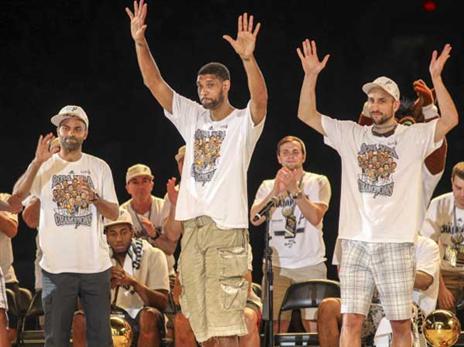 ג'ינובילי כחלק מהטריו הגדול בעונת האליפות, סוף של עידן (getty)