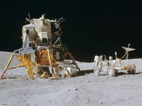 רכב הנחיתה ורכב הנדידה הירחי לצידו (צילום: NASA)