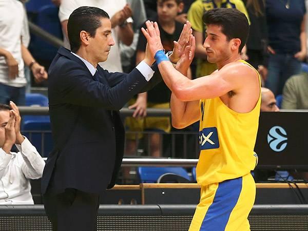 הקפטן והמאמן ברגע מיוחד (צילום: אלן שיבר)