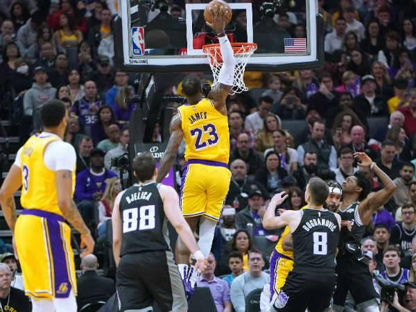 לברון בתנועה אופיינית. האם ה-NBA יוכל להתגבר על המשבר? (getty)