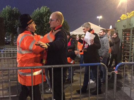 אוהדי בלגיה עוברים בדיקה קפדנית לפני הכניסה למגרש (צילום: מאיה רונן)