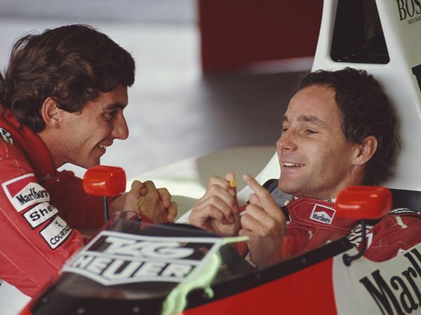 איירטון סנה (משמאל) ו-גרהרד ברגר במושב הנהג (צילום: Getty)