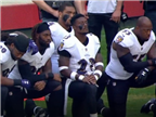 המחאה נמשכת: שחקני ה-NFL כרעו ברך בהמנון