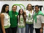 שחקניות מכבי חיפה והספונסר הראשי של המועדון אודי אנג'ל (באדיבות מועדון כדורעף מכבי חיפה)