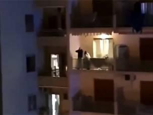 כמו סן פאולו: אוהדי נאפולי שרים מהמרפסות
