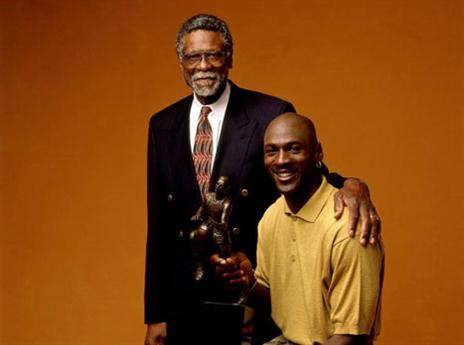 18.5 - היום לפני 19 שנים זכה מייקל ג'ורדן בתואר ה-MVP החמשי בקריירה. ג'ורדן השתווה לביל ראסל שזכה בחמישה תארים גם כן. רק קארים עבדול ג'אבר (6) זכה יותר פעמים מהשניים הללו (getty)