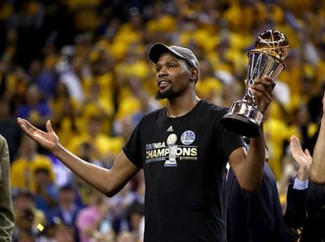 אליפות ראשונה ותואר MVP הגמר. קווין דוראנט (getty)
