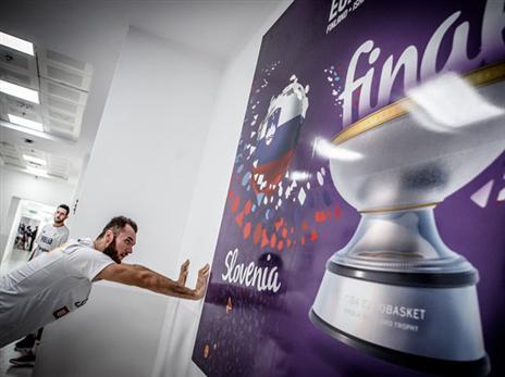 מצ'באן הסתכל על הגביע (FIBA)