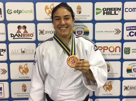 ענבל שמש מציגה את המדליה (באדיבות איגוד הג'ודו)