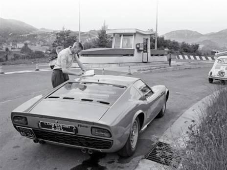 בוב וואלאס ליד למבורגיני מיורה P400 יחידה מסדרה J שהייתה מיועדת למירוצים. הרכב הושמד במהלך המבחנים (צילום: יצרן)