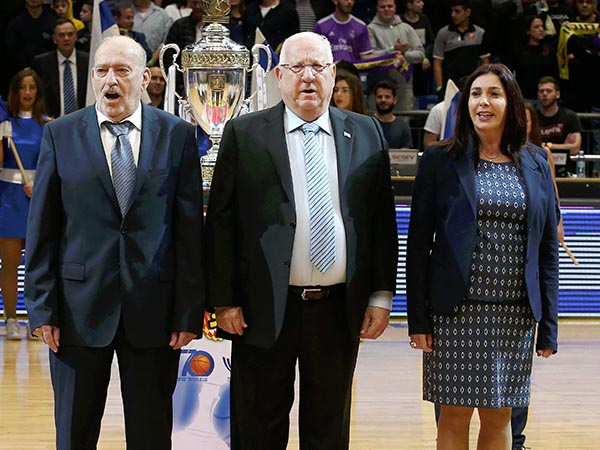 הנשיא הגיע להעניק את הגביע (אלן שיבר)
