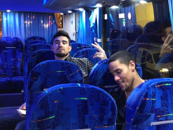 אלכסנדר וקולמן מחכים שהאוטובוס ייסע