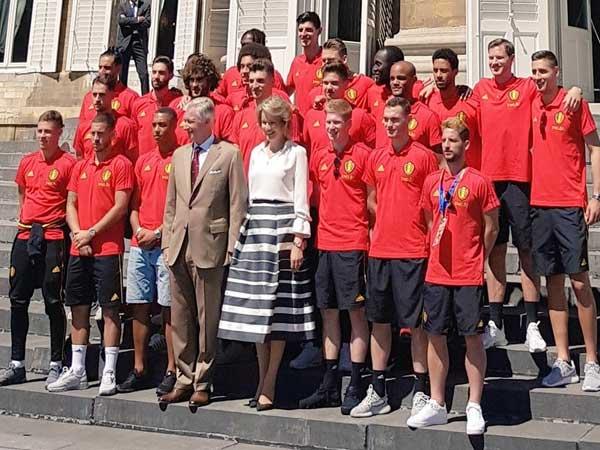 שחקני בלגיה עם המלך והמלכה (צילום מתוך עמוד הטוויטר)