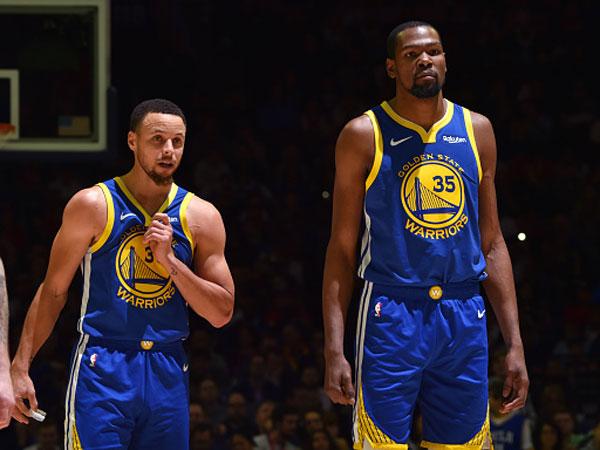 מי יכולה לשגע אותם? דוראנט וקרי (צילום: Jesse D. Garrabrant/NBAE via Getty Images)