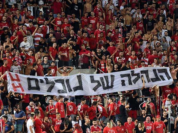"""""""95 אחוז מהאוהדים נמצאים מאחורינו"""". קהל אוהדי הפועל במחאה נגד הבעלים (צילום: ברני ארדוב)"""