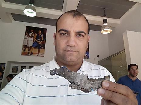 אורן עטר עם הרסיס מחוץ למשרדים (פייסבוק)