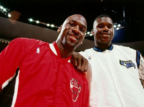 16.1 - היום לפני 24 שנים שני השחקנים הגדולים שבתמונה נפגשו למשחק בשיקגו. מייקל קלע 64 נקודות, אבל הבולס נכנעו בהארכה, 128:124 למג'יק. שאקיל, שהיה רוקי באותה עונה, רשם דאבל דאבל מפלצתי של 29 נק' ו-24 ריב' (getty)