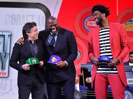 ג'ואל אמביד (מימין) ייצג את פילדלפיה, מג'יק ג'ונסון (אמצע) את הלייקרס (getty)