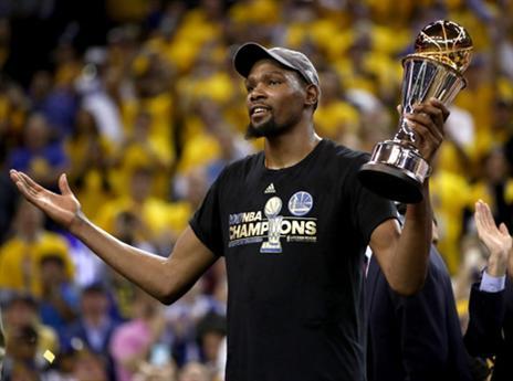 דוראנט עם גביע ה-MVP. סיום מתוק לעונה מהסרטים (Getty)