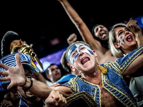 האוהדים היוונים חוזרים הביתה מאוכזבים (FIBA)