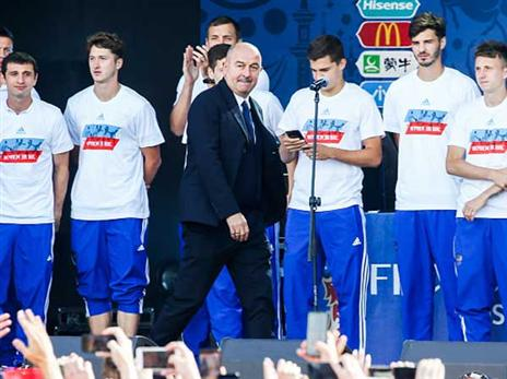 המאמן צ'רצ'סוב, גם הוא התרגש מהעידוד של הקהל (getty)