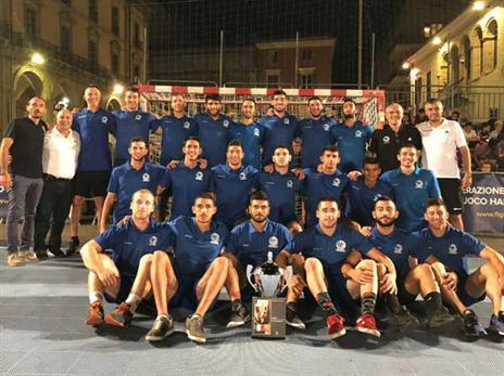 נבחרת העתודה עם הגביע באיטליה (באדיבות איגוד הכדוריד)