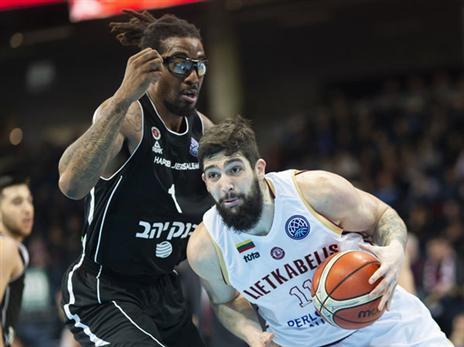 אמארה. שלט מתחת לסלים (FIBA)