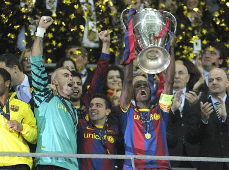 הרגע הגדול בקריירה. אבידל מניף את גביע האלופות ב-2011