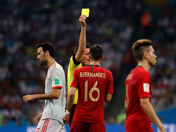 ברונו פרננדס מקבל צהוב מול ספרד, האם זה מה שישפיע על המיקום בסוף שלב הבתים? (getty)