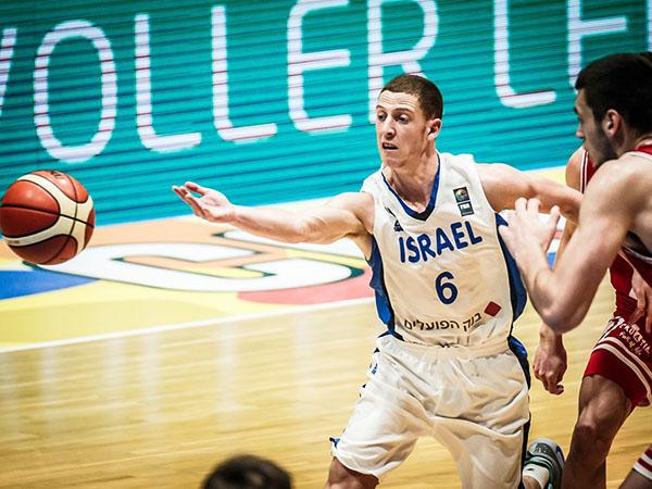בני וחבריו שטפו את הפרקט (FIBA)