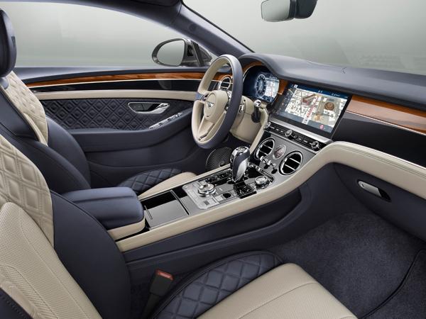 בתוך חלל הנוסעים של מכונית ה-GT