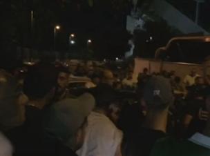 המשטרה חילצה את שחר מהאוהדים הזועמים