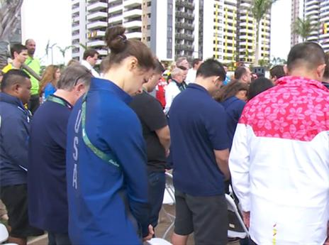 במהלך הטקס נערכה דקת דומייה לזכר הקורבנות