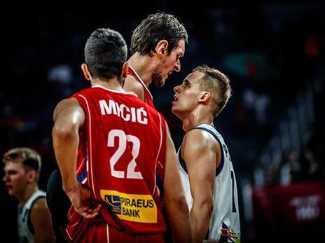 הסלובנים הסתכלו לסרבים בלבן של העיניים מהרגע הראשון (FIBA)