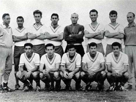 """ויסוקר כששיחק בהפועל פ""""ת בשנות ה-60 (ארכיון ההתאחדות לכדורגל)"""