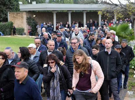 מאות הגיעו ללוות את אחד מגדולי הכדורגלנים שהיו לנו (אודי ציטיאט)