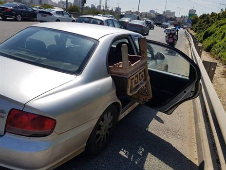 צפו: נהג עם דלת אחורית פתוחה בכביש 4