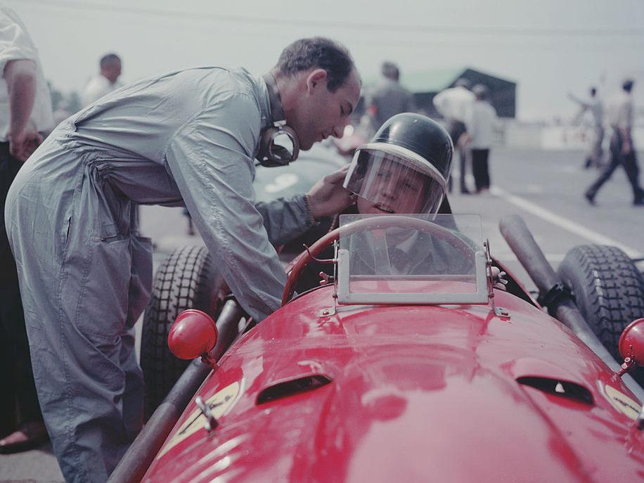 מוס מסדר למייק הות'רן מקבוצת פרארי את הקסדה ב-1958