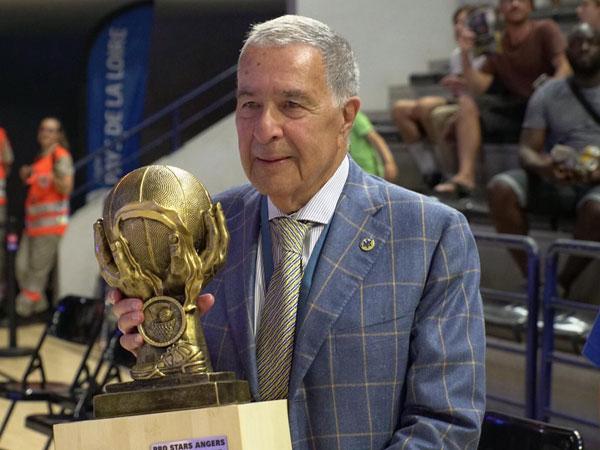 """שמעון מזרחי עם הגביע הראשון לעונה (האפליקציה הרשמית, מכבי ת""""א)"""