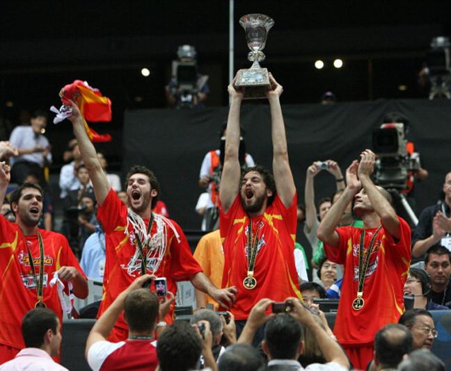 אז, הקורבן היתה יוון. ספרד מניפה גביע ב-2006 (getty)