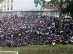 האוהדים הרבים מחוץ לאצטדיון באויג'ה (צילום מסך)