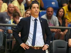 המאמן היווני סומך על הגנרל שלו במגרש. ספרופולוס (צילום: אלן שיבר)