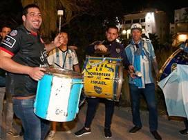 אוהדי ארגנטינה בטירוף: מסי וחבריו נחתו בישראל