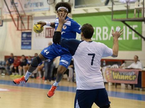 עבדולראשיד מתעופף (צילום: עמית שיסל, איגוד הכדוריד)