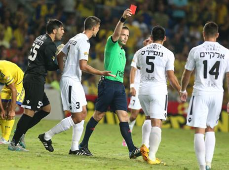 גוטיירס רואה את הכרטיס האדום (צילום: אלן שיבר)