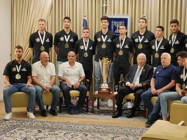 השחקנים, הצוות המקצועי והנשיא בצילום משותף