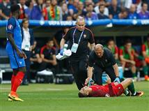 <STRONG>רונאלדו ככל הנראה גמר את המשחק. קפטן הסלסאו הפצוע השתטח על כר הדשא מכאבים, הוא לא יכול להמשיך</STRONG>